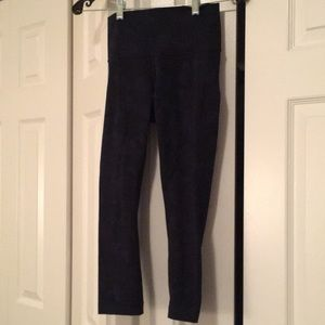 Lululemon navy & black hi waist pattern crop sz 4